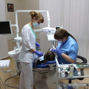Стоматологи за работой. Отбеливание зубов.